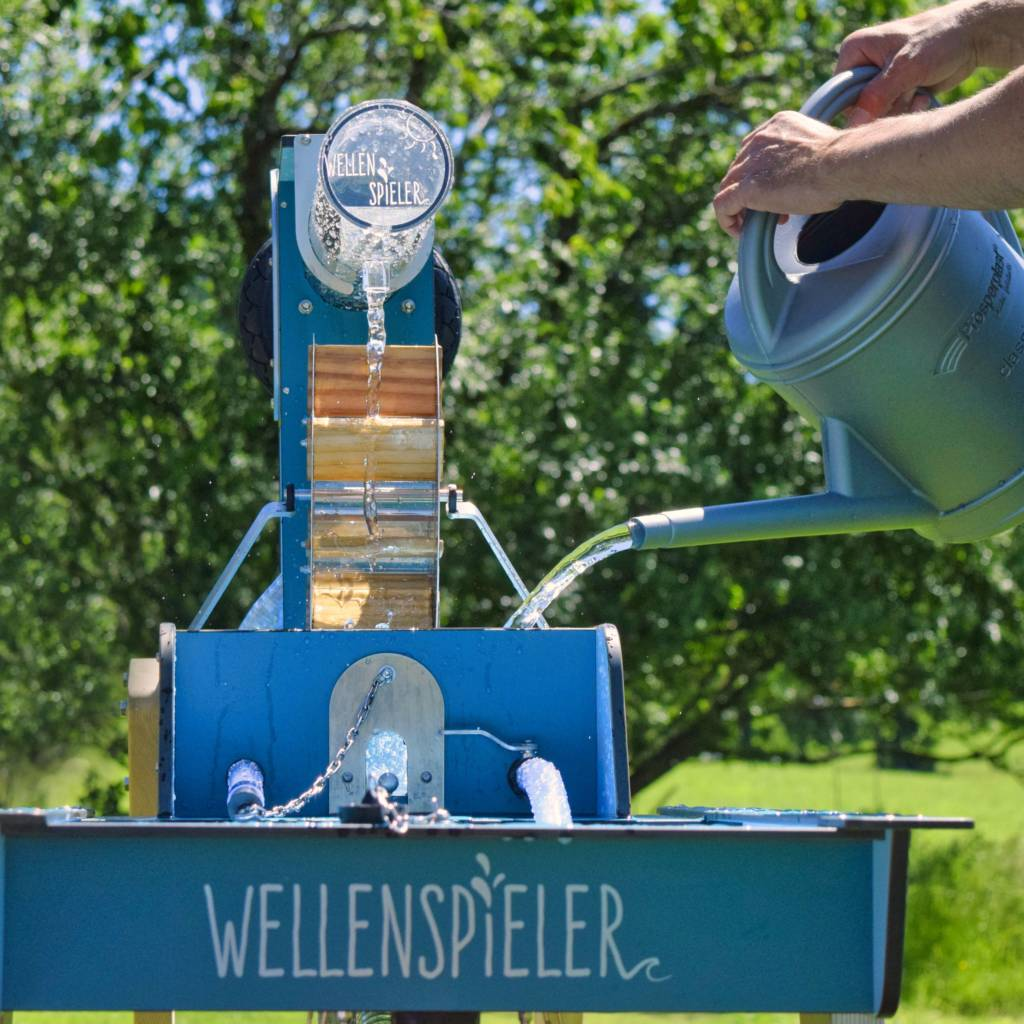 Zwei Gießkann reichen zum Befüllen des geschlossenen Wasserkreislaufs des WELLENSPIELER Wasserspiels