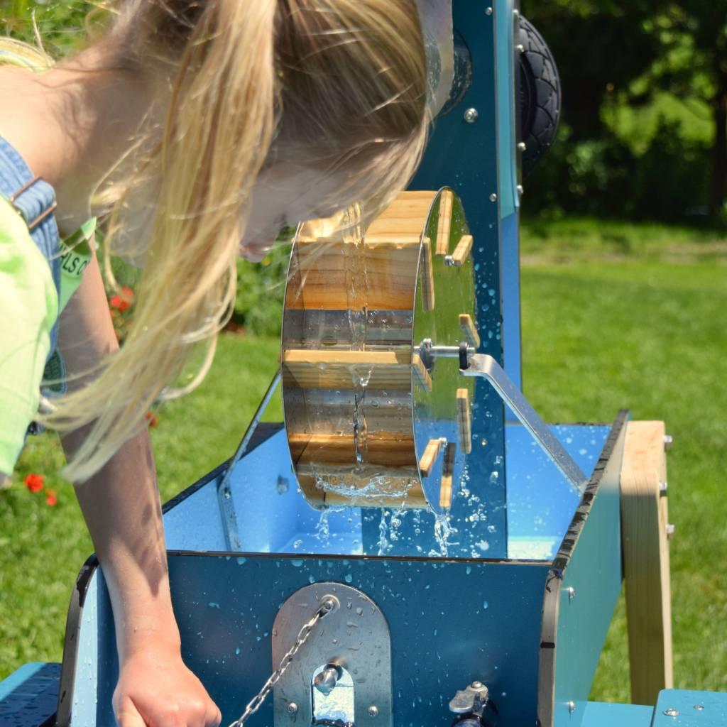 Mädchen spielt am WELLENSPIELER Wasserspiel