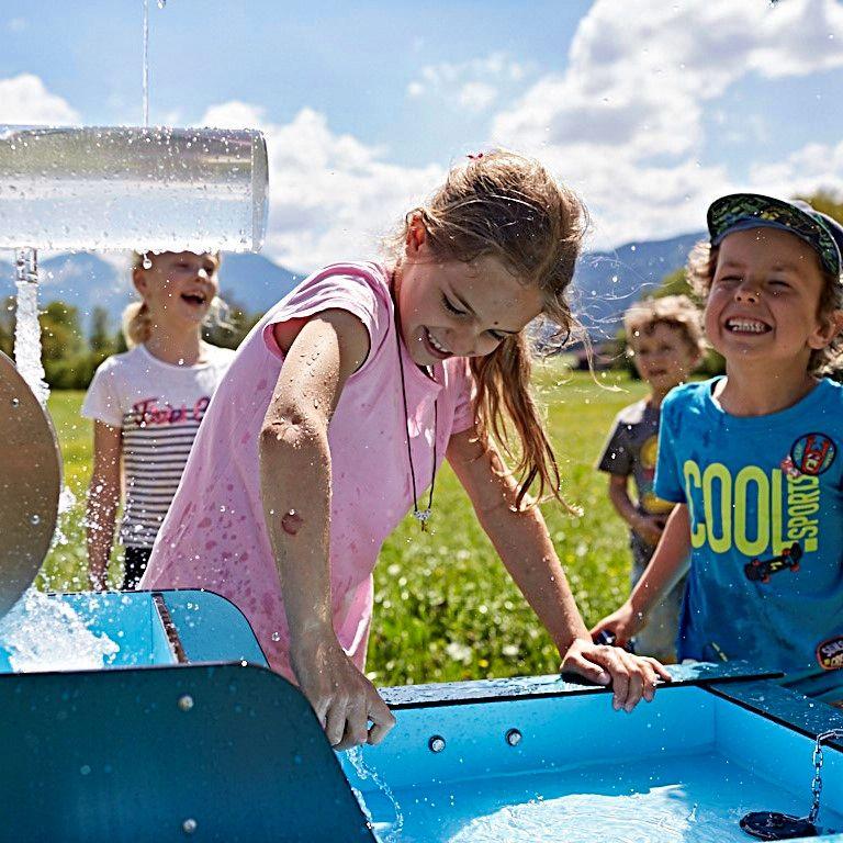 Kinder spielen am WELLENSPIELER Wasserspiel
