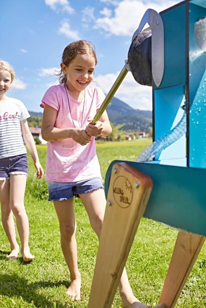 Mädchen pumpt Wasser am WELLENSPIELER Wasserspiel
